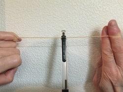 ボールペンを輪ゴムの遠心力でグルグル回すイメージ画像